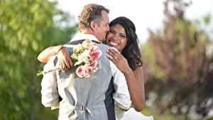 Картинка Любовники Мужчины Букеты 2 Свадьбе Женихом Невеста Брюнетка Улыбается Объятие Рука Негры девушка