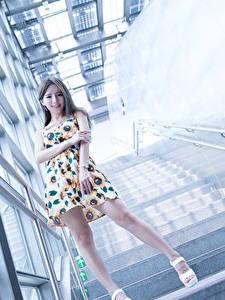 Обои Азиатки Лестница Улыбается Рука Ноги Платья Девушки