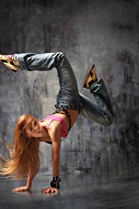 Фото Блондинка Танцует Ноги Руки Волосы Джинсы Девушки