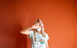 Картинка Маски Цветной фон Блондинки Рука Футболке девушка