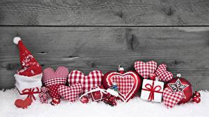 Картинка Новый год Доски Стена Снег Сердце В шапке Подарки Шар