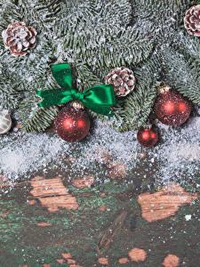 Обои Праздники Рождество Доски Ветвь Шишки Шарики Бантик Снегу