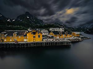 Фотография Норвегия Лофотенские острова Гора Дома Поселок Ночные Заливы Nusfjord Города