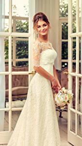 Картинка Букет Шатенки Невесты Улыбается Платье молодые женщины