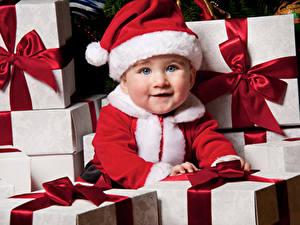 Обои Рождество Младенцы Шапки Подарков Смотрит Миленькие