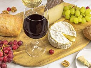 Картинка Вино Виноград Сыры Хлеб Разделочной доске Бокалы Еда