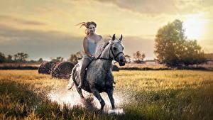 Картинка Лошади Бежит Брызги Радостный Девушки Животные