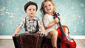 Фото Скрипки Доски Мальчик Девочки Улыбка Два ребёнок