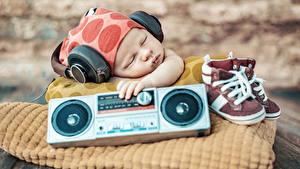 Фотографии Младенца Спят В наушниках Ботинки
