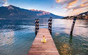 Обои Италия Гора Озеро Пирсы Девочки Сидящие Limone sul Garda Lombardy Природа Дети
