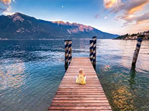 Обои Италия Горы Озеро Пирсы Девочки Сидящие Limone sul Garda Lombardy Дети