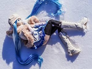 Фото Крупным планом Куклы Сапогов Снегу Красивая Девочки