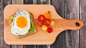 Картинки Бутерброд Хлеб Помидоры Доски Разделочной доске Глазунья
