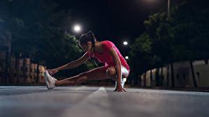 Фотографии Фитнес Шатенки Тренировка Ног В ночи молодые женщины Спорт