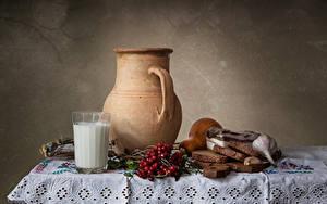 Фотография Натюрморт Молоко Рябина Хлеб Чеснок Столы Кувшины Стакане Сало Еда