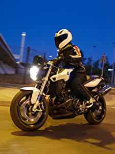 Фотография BMW - Мотоциклы Вечер Мотоциклист Шлема Движение 2014-16 F 800 R Мотоциклы