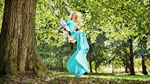 Фотографии Блондинка Платье Качели Улыбка Деревья Девушки
