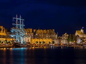 Картинки Франция Здания Причалы Корабли Парусные Заливы Ночь Saint-Malo Brittany город