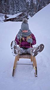 Фотографии Зимние Девочки Снег Санки Шапки Ребёнок