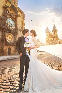 Обои Азиатки Невеста Женихом Свадьбы Платья Улица Красивый молодые женщины