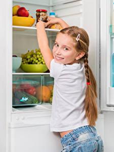 Картинки Холодильник Девочки Смотрит Ребёнок