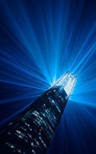 Картинка Англия Дома Небоскребы Лондоне Лучи света Башня Ночью город