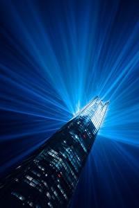 Картинка Англия Дома Небоскребы Лондоне Лучи света Башня Ночью