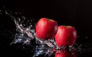Обои Яблоки Крупным планом Черный фон С брызгами Еда
