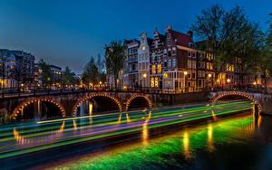 Картинка Амстердам Голландия Дома Реки Мосты Ночью Уличные фонари Едет город