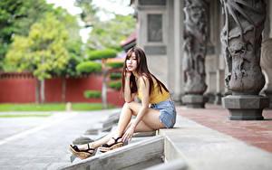 Обои Азиатки Сидящие Ног Шорт Майки Смотрит девушка