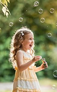 Фотография Девочка Русые Мыльные пузыри Радость Руки George Dyakov ребёнок