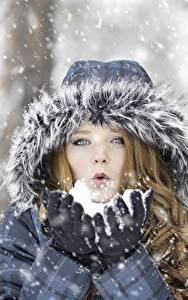 Фото Зимние Снег Капюшон Шатенка Руки Девушки