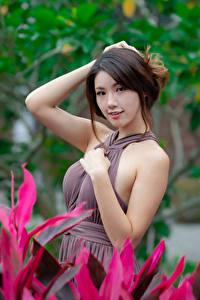 Фотографии Азиатка Поза Платье Рука Взгляд Размытый фон Девушки