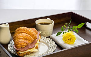 Фотографии Круассан Кофе Сэндвич Колбаса Сыры Розы Завтрак Чашка Желтых Продукты питания
