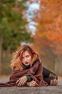 Картинки Осень Дороги Размытый фон Лежит Рыжих Смотрит молодые женщины