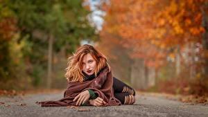 Обои для рабочего стола Осень Дороги Размытый фон Лежит Рыжих Смотрит молодые женщины