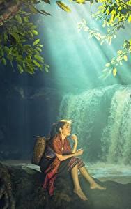 Фотографии Водопады Азиаты Сидит Красивая Девушки