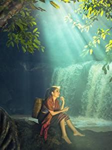 Фотографии Водопады Азиаты Сидит Красивая молодая женщина