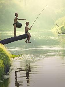 Фотография Реки Азиаты Рыбалка Мальчики 2 Сидит Ребёнок