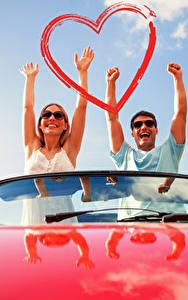 Фото День всех влюблённых Мужчины Любовь 2 Рука Сердечко Радостный девушка
