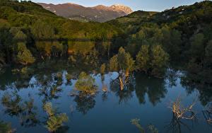 Картинка Италия Озеро Леса Холмов Отражение Penne Abruzzi Природа