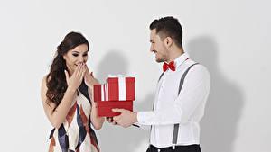Картинка День святого Валентина Мужчина Белым фоном Два Подарки Рубашки Платье Радостный молодые женщины