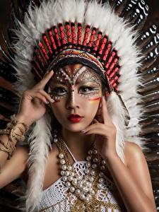 Картинка Азиаты Индейский головной убор Индейцы Красивые Девушки