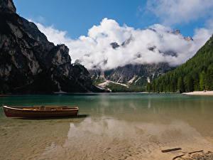 Картинка Италия Озеро Лодки Горы Облако Lake Braies Природа