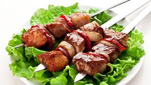 Фото Мясные продукты Шашлык Овощи Белым фоном Тарелка Еда