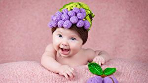 Обои Сливы Грудной ребёнок Улыбается В шапке Дизайна