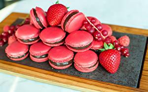 Фотография Сладкая еда Клубника Смородина Макарон Розовая Продукты питания