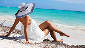 Обои для рабочего стола Пляж Шляпа Платья Ног Рука Лежат Поза молодая женщина