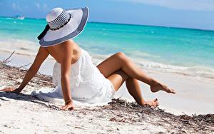 Картинка Пляж Шляпа Платья Ног Рука Лежат Поза