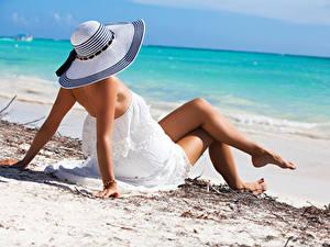 Картинка Пляж Шляпа Платья Ног Рука Лежа